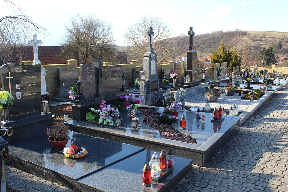 Částkov je vesnička s necelými čtyřmi stovkami obyvatel. Hřbitov
