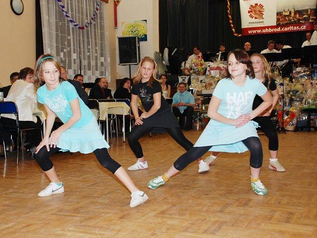 Ples zpestřilo vystoupení dívek ze školní družiny s country tancem.