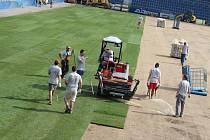 Fotbalový stadion v Uherském Hradišti postupně pokrývá zcela nový trávník.
