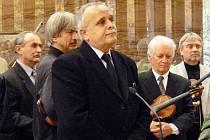 Do zlínské smuteční síně přišli Jožkovi naposledy zahrát muzikanti z Horňácka i Uherského Hradiště. Za všechny se s primášem rozloučil Jan Gogola.