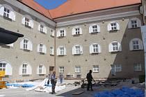 Současné práce na terase Základní školy UNESCO do budoucna zamezí zatékání do prostor školy.