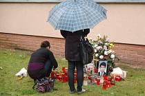 Na gymnáziu vzniklo po čtvrteční sebevraždě jednoho z maturantů pietní místo.