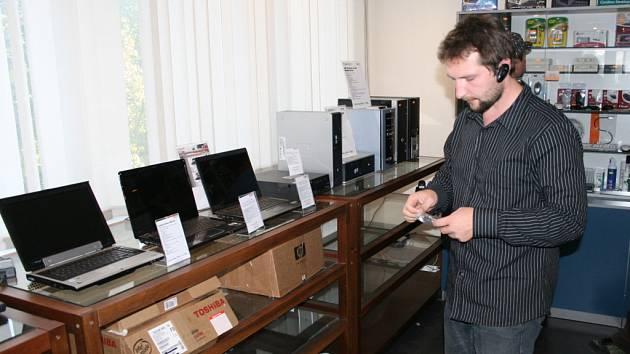 Dříve si Stanislav Cieplak prodejem výpočetní techniky jen přivydělával, nyní již spoluvlastní prodejnu.