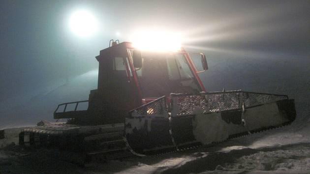 Svah na Mikulčině vrchu zve zájemce o noční lyžování.
