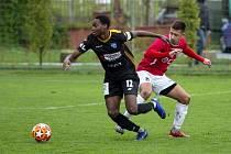 Bývalý fotbalista Uherského Brodu Tomáš Mareš (v červeném dresu) nyní působí na Slovensku v Myjavě.