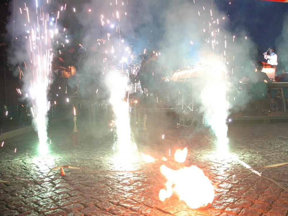 Světelná a ohňová show na Masarykově náměstí.