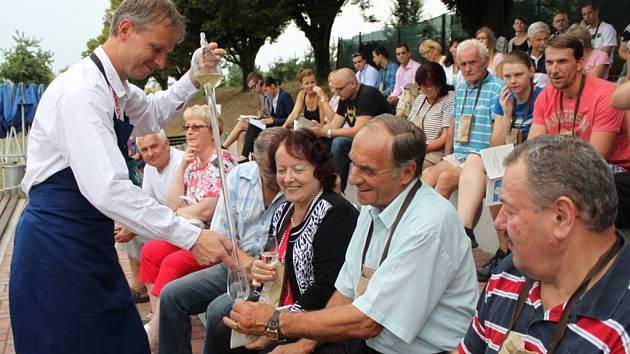 Vinný mok přilákal v sobotu do Polešovic stovky vínomilců.