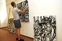 Výstava Výměna rolí ve Slovácké galerii v Uherském Hradišti. Na snímku instaluje JAkub Tytykalo.