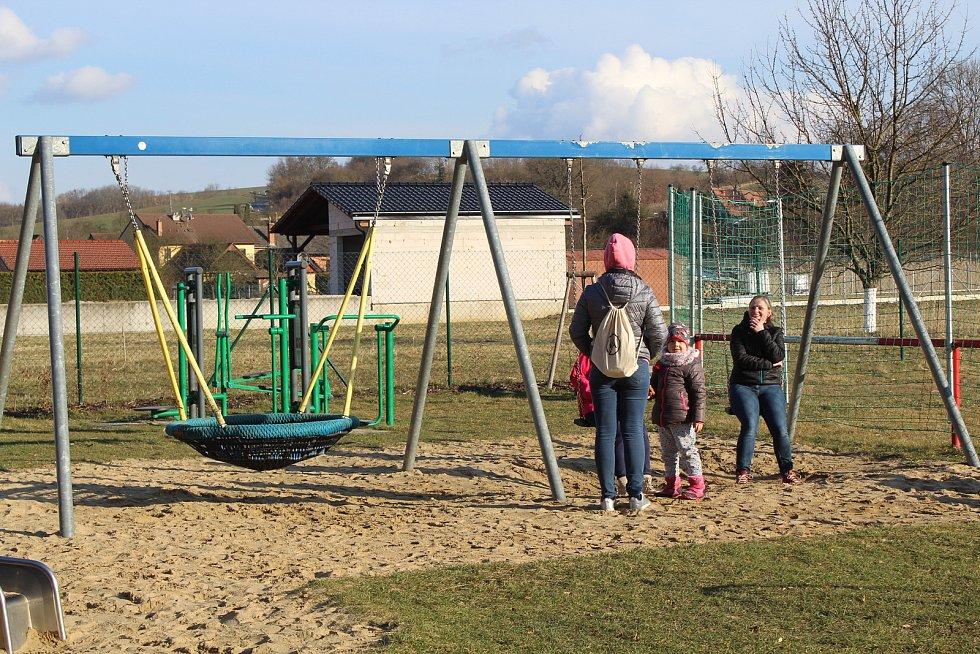 Částkov je vesnička s necelými čtyřmi stovkami obyvatel. Sportovní areál, dětské hřiště.