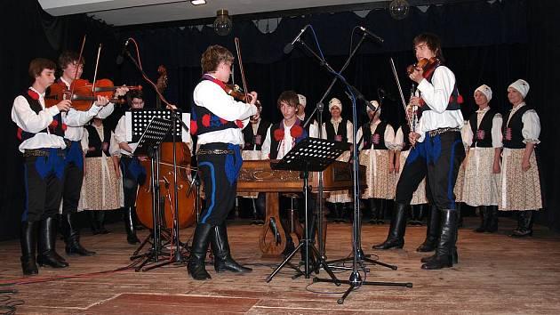Sobotní koncert moderovala Barbora Majíčková a vystoupil na něm kromě taneční složky také orchestr z přátel Lintavy, složený pouze pro zmiňovaný večer.