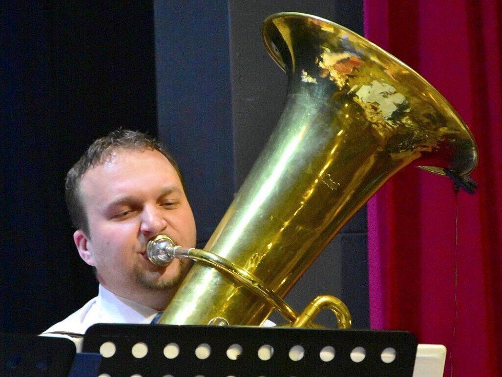 Ministr zemědlěství Marian Jurečka jako muzikant na Farním plese v Dolním Němčí