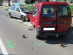 Zřejmě mikrospánek jednoho z řidičů může za srážku dvou osobních automobilů v Hluku. K té došlo ve středu v 15.30 hodin přímo na průtahu obcí.
