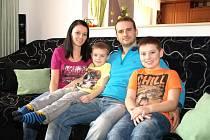 Královská rodina Martiny a Vladimíra Hlaváčových s napravo sedícím budoucím králem Adamem Hlaváčem. Mezi rodiče se vklínil také jeho mladší bratr Matyáš.
