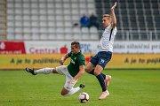 Zápas 11. kola první fotbalové ligy mezi týmy FK Jablonec a FC Slovácko se odehrál 7. října na stadionu Střelnice v Jablonci nad Nisou. Na snímku zleva Tomáš Holeš a Jan Kalabiška.