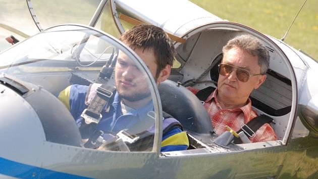 Studenti prvního ročníku SOU leteckého v Kunovicích včera v doprovodu instruktora absolvovali své první lety v Blaníku.