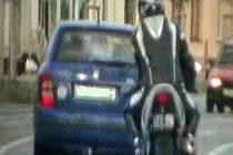 Honička motorkáře s policisty
