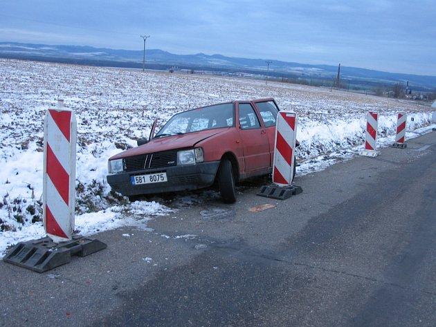 Fiat Uno odpočívá v příkopu.
