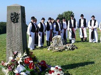 Hymny při slavnostním aktu položení kytic u památníku vzájemnosti zpíval mužský sbor z Kunovic.Ilustrační foto.