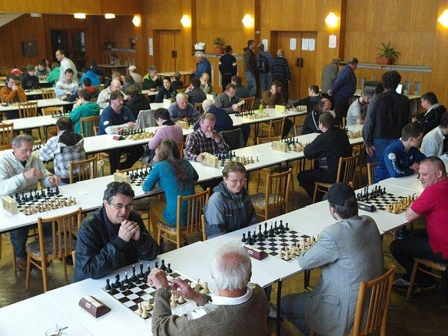 Úctyhodných devět desítek šachistů se v sobotu 25. května zúčastnilo v sále kulturního domu v Dolním Němčí již 19. ročníku memoriálu Karla Bartoše.