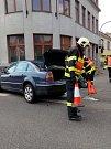 Až ochrana chodců u chodníku, kovové zábradlí na hlavní křižovatce v Uherském Hradišti zastavilo zřejmě brzdící osobní automobil. Dopravní nehoda se stala krátce před polednem 29. dubna a zasahovat u ní museli místní profesionální hasiči. Informace o zran