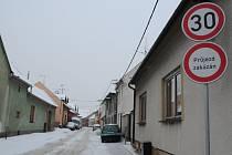 Tato ulice v Kunovicích se stala zkratkou pro neukázněné řidiče.