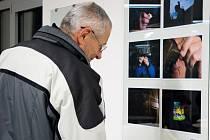 Život seniorů. Takové téma zachycuje fotografická výstava Odpoledne s prarodičem, která odstartovala v Uherskohradišťské nemocnici ve středu 17. prosince.