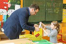 V pátek 7. 4. se uskutečnil zápis dětí do první třídy v Základní škole Uherské Hradiště - Jarošov. Ředitel školy Pavel Jančář předává po úspěšném zápise dárky Adélce Foltýnové.