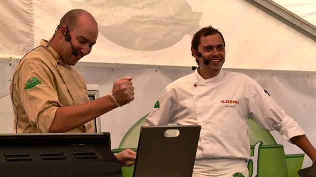 Na Palackého náměstí předvedli své kuchařské umění Ondřej Slanina a Filip Sajler.