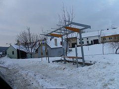 Za opravu autobusových zastávek v zimním období sklidil starosta Prakšic od některých obyvatel kritiku.