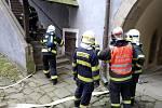 Zásah hasičů na Buchlově při nácviku likvidace fiktivního požáru střechy po úderu blesku.