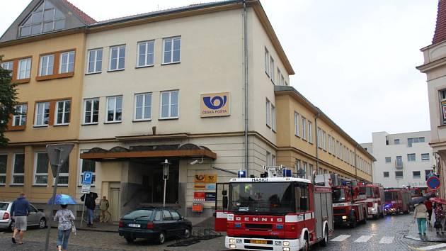 K pošty v centru Hradiště přijelo k zásahu několik hasičských vozů.