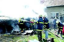 Likvidovat oheň musely tři jednotky hasičů. Dům se jim před plameny podařilo uchránit.