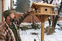Za zimní péči se ptáci odmění na jaře zpěvem. Na snímku Miloš Maňásek při krmení ptáků.