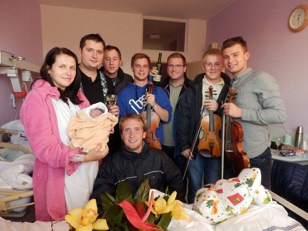 Muzikanti cimbálovky Ohnica a šťastní rodiče Pavel, Anička a Eliška Jurečkovi.