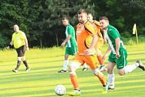 Fotbalisté Ostrožské Lhoty (oranžové dresy) v derby podlehli Ostrožské Nové Vsi 0:2.