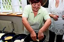 V muzeu připravovaly ženy jednoduchá sladká jídla, které se smažily v každé domácnosti.