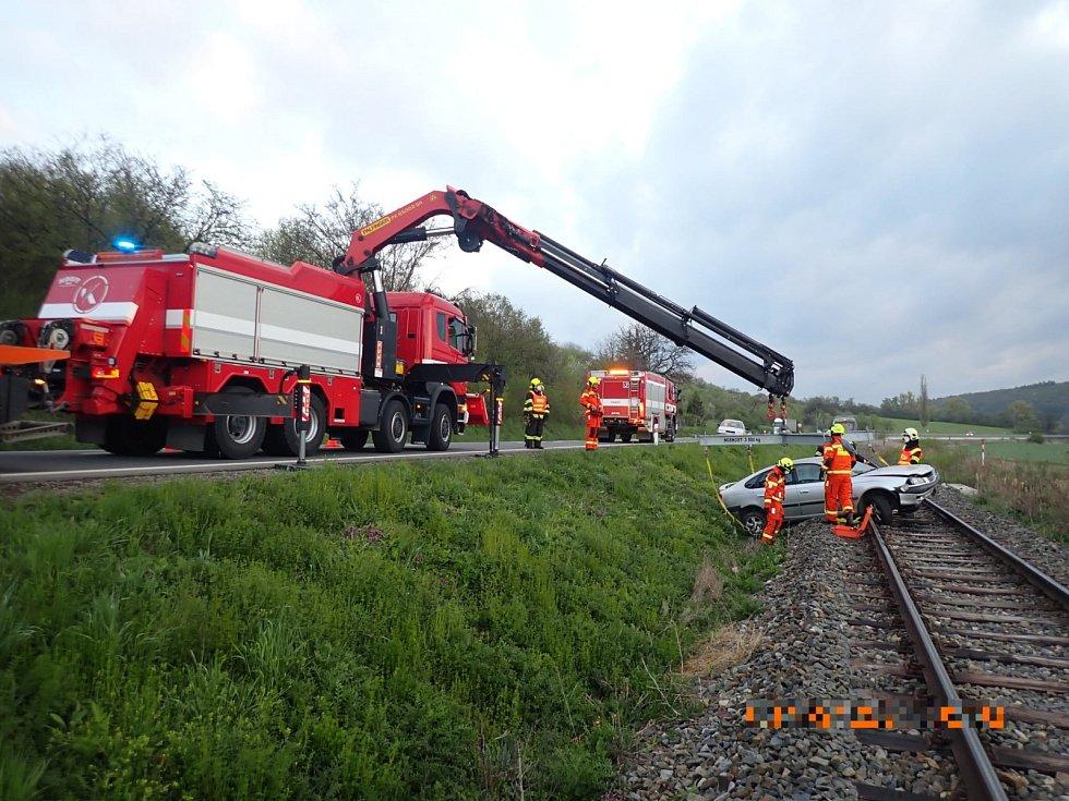 Řidička osobního vozidla se střetla u Újezdce s jezevcem.