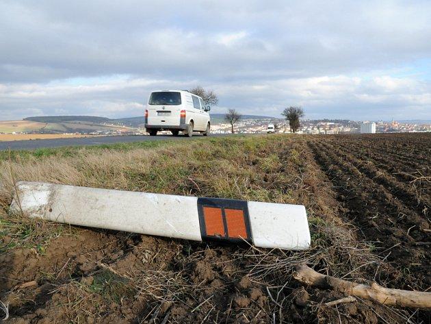 Vandal vytrhal patníky u silnice na Uherský Brod, pro řidiče je teď cesta méně přehledná.