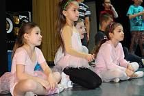 Děti z hradišťské ZUŠ společně se členy souboru Hradišťánek nacvičují balet Bohuslava Martinů s názvem Špalíček.