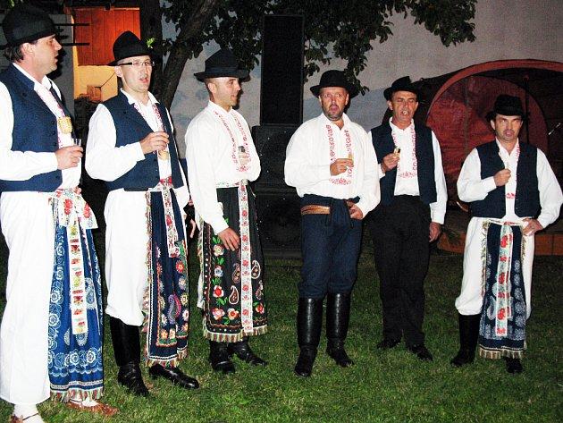 """Straňanské oslavy zahájilo v pátek na """"Štrbákovci"""" několik pěveckých souborů."""