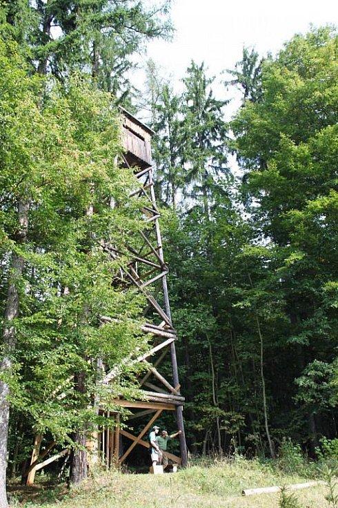 Z  vrcholu věže vyletovali oranžoví asfaltoví holubi (terče).
