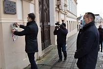 Smutné 78. výročí transportu židovských občanů z Uherského Brodu si v rámci Mezinárodního dne památky holocaustu připomněli představitelé města Komenského. Věnce u staré budovy gymnázia, odkud byli odváděni do transportů.
