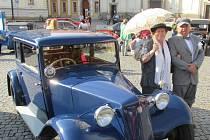 Výstava 120 automobilových veteránů, čítající historické automobily, motorky i hasičské a vojenské vozy, ohromila v sobotu dopoledne návštěvníky Masarykova náměstí v Uherském Hradišti.