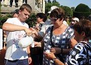 Syneček ženám ulil česnekového léku.