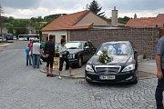 Návštěvníci zámku nemohli minout auta ve svatebním hávu, ani vozy Škoda či Ferrari.