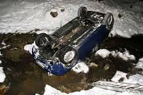 Bezpečnostní pásy zřejmě zachránily život dvojici, která při dopravní nehodě o víkendu skončila se svým autem v potoce na střeše.