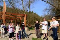 V Amfíku Bukovina v Popovicích nainstalovali v sobotu první voliéru dravců s handicapem.