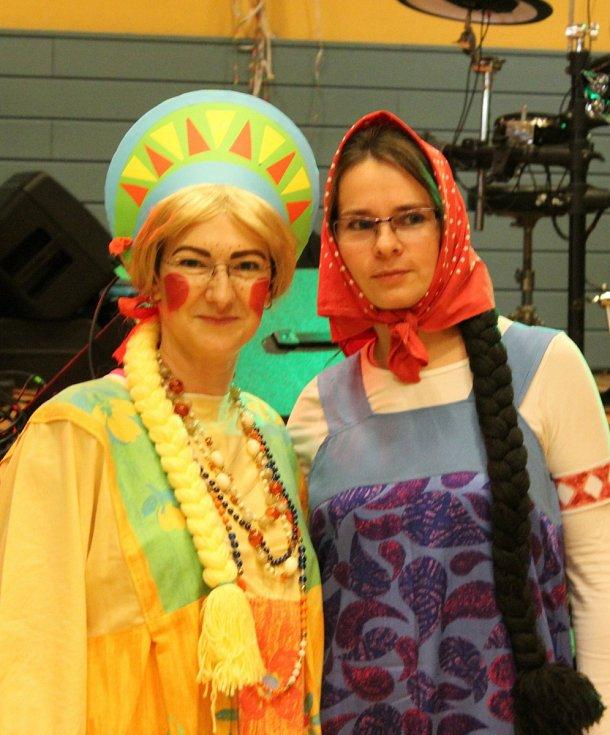MAŠKARNÍ. Na parketu huštěnovického kulturního domu se vytáčeli lidé vcivilu i vmaskách