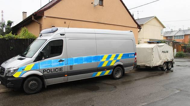 V tomto domě v ulici Finská čtvrť zasahuje krajská kriminálka.