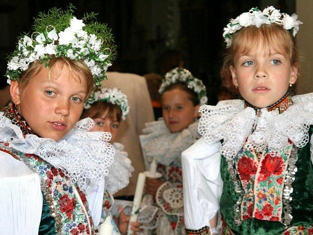 Čtyřiadvacet školáků a školaček absolvovalo v hluckém kostele první svaté přijímání.